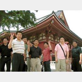 中国人観光客はQRコード決済が当たり前(C)日刊ゲンダイ