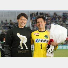鹿児島戦後の引退セレモニーで名古屋GK楢崎(左)がサプライズで登場した(C)Norio ROKUKAWA/office La Strada