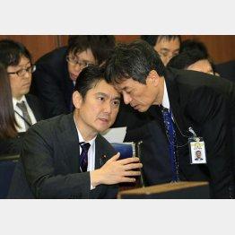 法務委員会で話し込む山下貴司法務相(左)と和田雅樹法務省入国管理局長(C)日刊ゲンダイ