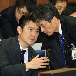 法務委員会で話し込む山下貴司法務相(左)と和田雅樹法務省入国管理局長