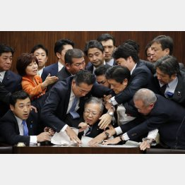 参院法務委で強行採決(C)日刊ゲンダイ