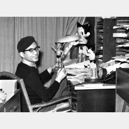 鉄腕アトムの人形を虫プロダクションの仕事場で手にする漫画家の手塚治虫さん(C)共同通信社