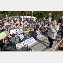 土砂投入に抗議する集会で気勢を上げる玉城デニー知事(右端)/(C)共同通信社