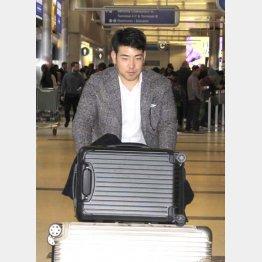 日本時間の17日、ロサンゼルス空港に到着した菊池(C)共同通信社