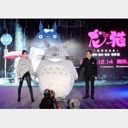 「となりのトトロ」の上映発表会に登場したトトロの着ぐるみとスタジオジブリの星野康二会長(右)ら(C)共同通信社