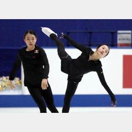 公式練習で紀平(左)とニアミスも(C)日刊ゲンダイ