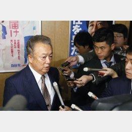 自民党の二階幹事長と面会後、取材に応じる和歌山県太地町の三軒一高町長(C)共同通信社