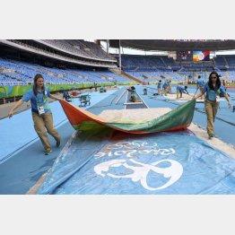 陸上競技の準備をするリオ五輪ボランティア(C)ロイター
