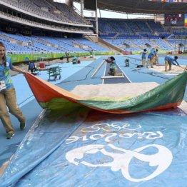 陸上競技の準備をするリオ五輪ボランティア