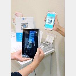 スマートフォンの決済サービスで、スマホに表示された2次元コードを読み取る店側のタブレット端末(近鉄百貨店本店)/(C)共同通信社