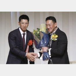 金本監督(右)の野球殿堂入りを祝う会での矢野監督(C)共同通信社