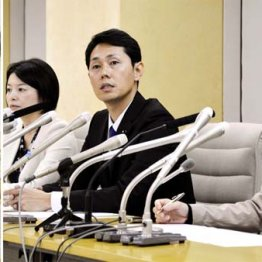 離党表明会見(右)をする、左から森沢恭子、奥沢高広、斉藤礼伊奈3都議(左は小池都知事)