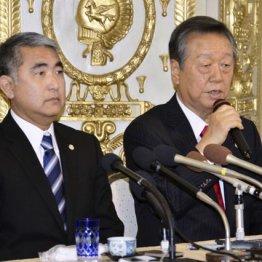 衆院沖縄3区補選に立候補する屋良朝博氏(左)と記者会見する自由党の小沢一郎共同代表