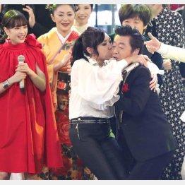 桑田佳祐にキスする松任谷由実(紅白歌合戦)/(C)日刊ゲンダイ