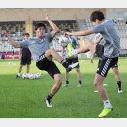 ボール回しで活発な動きを見せるDF冨安(C)Norio ROKUKAWA/office La Strada