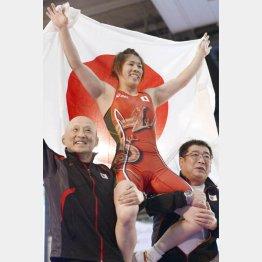 父・栄勝さん(右)の教えが大きい(C)共同通信社