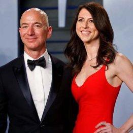 ジェフ・ベゾス氏(左)とマッケンジー夫人