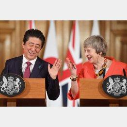 メイ首相に助言され赤っ恥の安倍首相(C)ロイター