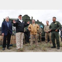 テキサス州の国境地帯を視察するトランプ大統領(左から2人目)/(C)ロイター