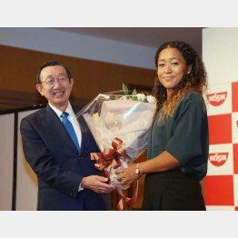 日清食品HDの安藤宏基社長(左)と大坂なおみ(C)日刊ゲンダイ