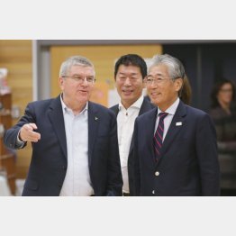 IOC会長のバッハ氏(左)と談笑するJOC会長の竹田会長(C)日刊ゲンダイ