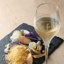 合う酒=白ワイン、シャンパン