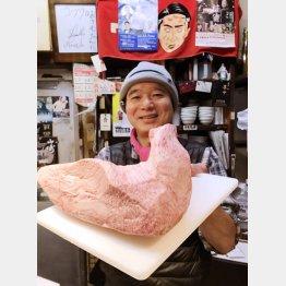 最高級の肉の塊を披露するおさむちゃん(提供写真)