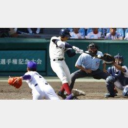 大阪桐蔭の根尾が放った本塁打のインパクトの瞬間(C)共同通信社