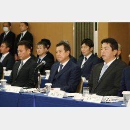 (前列左から)高田二軍監督、原監督、井上三軍監督(C)日刊ゲンダイ