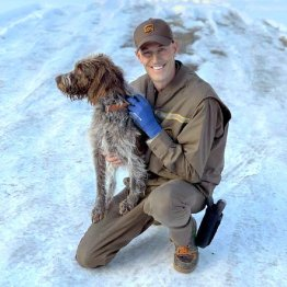 氷の池に落ちた犬を泳いで助けた配送ドライバーに全米喝采