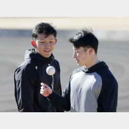 吉田は柿木(左)の前でも…(C)日刊ゲンダイ