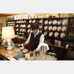 コーヒーを入れるオーナーの高山正秀さん(C)日刊ゲンダイ