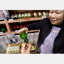 地元産ワインを試飲(C)日刊ゲンダイ