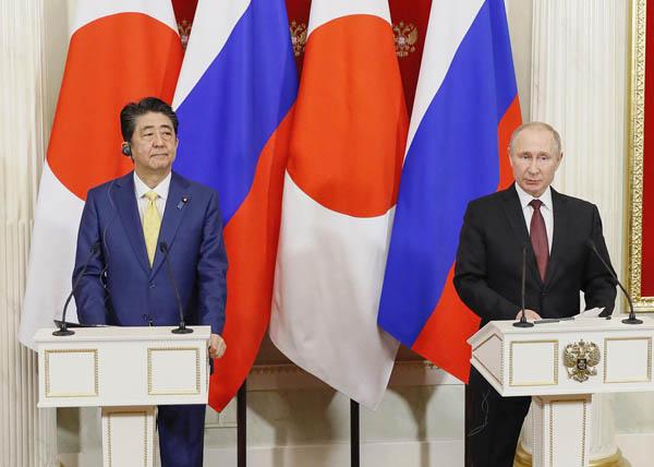 共同記者発表する安倍首相(左)とプーチン大統領(C)共同通信社