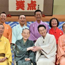 演芸番組「笑点」のメンバーと記念撮影する桂歌丸さん(前列左2)