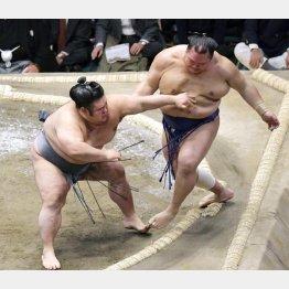押し出しで北勝富士を下した貴景勝(左)/(C)共同通信社