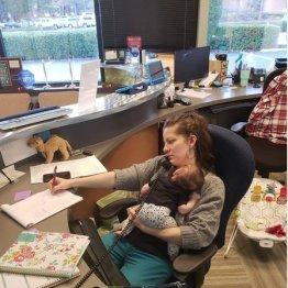"""今の""""働くママ""""の象徴…子連れで頑張る写真が全米に拡散中"""