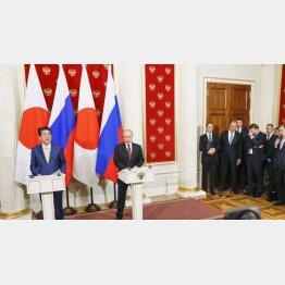 安倍首相のスピーチにロシア側は苦笑い(C)共同通信社