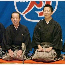 襲名興行であいさつする林家木久扇を襲名した林家木久蔵(左)と2代目木久蔵を襲名した林家きくお(2007年)(C)共同通信社