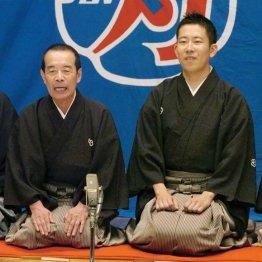 襲名興行であいさつする林家木久扇を襲名した林家木久蔵(左)と2代目木久蔵を襲名した林家きくお(2007年)