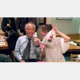 """赤提灯OLの松岡摩希子さん、左が""""パートナー""""のお父さん(C)日刊ゲンダイ"""