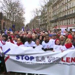 「暴力はやめろ」と書かれた横断幕とともに抗議の行進