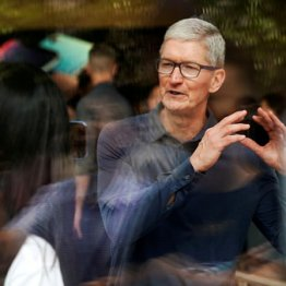 上海のアップル・ストアを訪れたクックCEO(2018年10月)