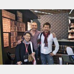 欧州の展示会で(左は副社長でもある濱本夫人・提供写真)