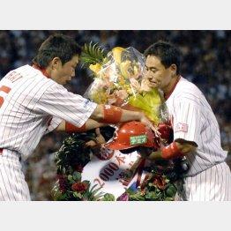 07年9月、2000安打を達成した前田(右)/(C)共同通信社