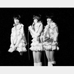 1977年7月、「普通の女の子に戻りたい」と引退宣言したキャンディーズ(後楽園球場での「サヨナラ公演」)/(C)共同通信社
