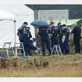 行方不明の女子大生とみられる遺体が発見された茨城県神栖市の現場付近を調べる捜査員ら(C)共同通信社