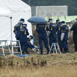行方不明の女子大生とみられる遺体が発見された茨城県神栖市の現場付近を調べる捜査員ら