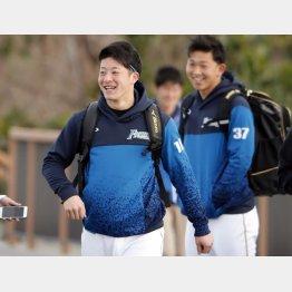 笑顔で球場入りする吉田(C)日刊ゲンダイ