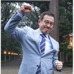 宮崎神宮参拝後にはこのガッツポーズ(C)日刊ゲンダイ